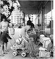 Bundesarchiv Bild 183-D0904-0008-005, Schwedt, Blick vor die Kaufhalle.jpg