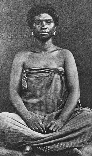 Antankarana - Image: COLLECTIE TROPENMUSEUM Studioportret van een Antankarana vrouw uit het noordoosten van Madagascar in kleermakerszit T Mnr 60027431