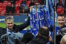 Mourinho e il capitano dei Blues John Terry mostrano la Football League Cup 2014-2015