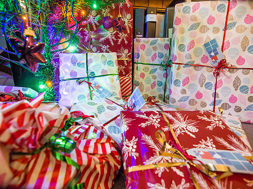 Christmas presents under the tree (11483648553)