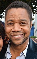 Cuba Gooding jr. (til venstre) spilte tiltalte O.J. Simpson (til høyre) i The People v. O.J. Simpson.