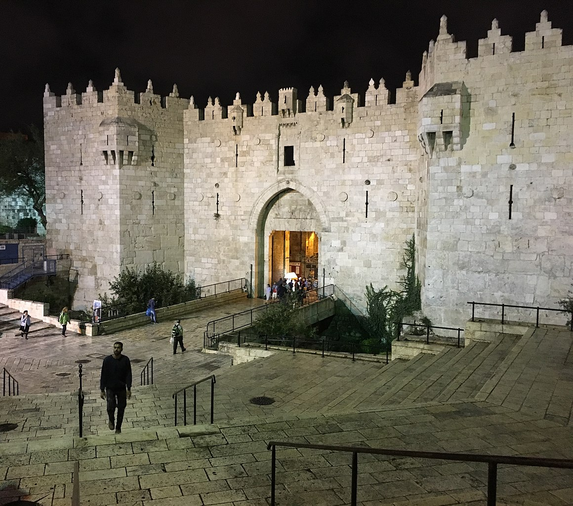This image has an empty alt attribute; its file name is 1160px-Damascus_Gate_by_night.jpg