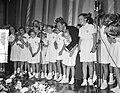 Danny Kaye en een kinderkoor bij een uitvoering voor Unicef, Bestanddeelnr 907-3716.jpg
