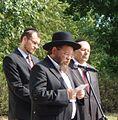 Dawid Szychowski Symcha Keller i Leszek Śniadkiewicz odmawiają modlitwy na cmentarzu żydowskim 2016 MZW DSC09456.jpg