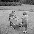 De prinsessen Beatrix, Irene en Margriet bij de kinderwagen met daarin prinses C, Bestanddeelnr 255-7538.jpg
