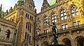 Der Hygieia-Brunnen im Innenhof des Hamburger Rathauses bgestaltet 1895-1896 von dem Bildhauer Joseph von Kramer - panoramio.jpg