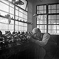 Diamantbewerker in een werkplaats, Bestanddeelnr 255-0203.jpg