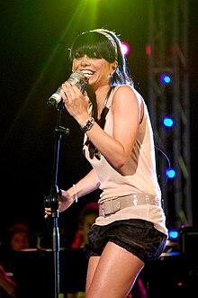 Dolcenera durante un'esibizione dal vivo nell'estate 2008.