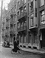 Dr. Max Euwe fietst door Amsterdam en wuift naar boven waar mensen uit het raam , Bestanddeelnr 902-5841.jpg