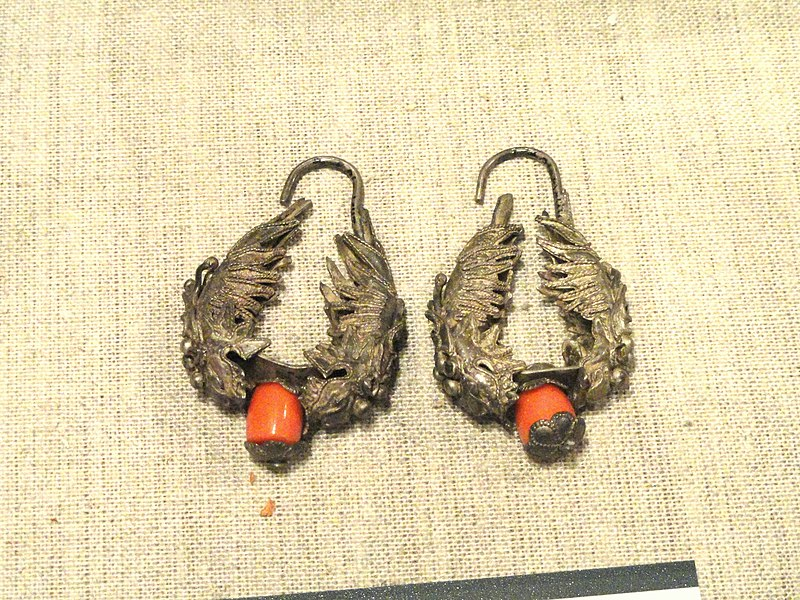 File:Earrings - Yunnan Nationalities Museum - DSC04109.JPG