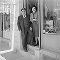 Een echtpaar voor hun fotowinkel in Jeruzalem, Bestanddeelnr 255-6569.jpg