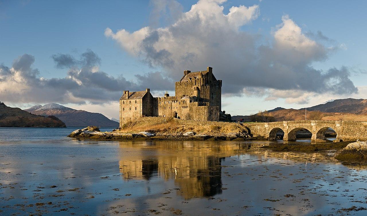 Le château de l'île d'Eilean Donan en Écosse.  (définition réelle 6980×4108)