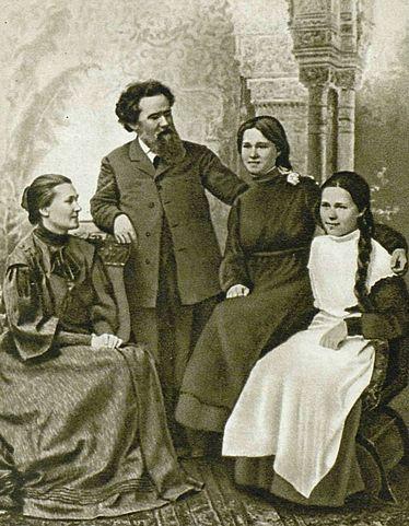 В.Г.Короленко в кругу своей семьи. Слева направо: Евдокия Семёновна— жена В.Г.Короленко, Владимир Галактионович и его дочери— Наталья и Софья.