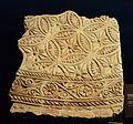 Fragment d'estuc fet a motlle amb motius vegetals i geomètrics, Museu Arqueològic d'Alacant.JPG