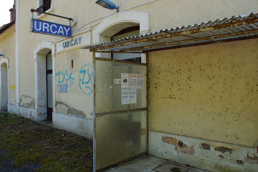 Devant l'ancien bâtiment voyageurs, l'abri de quai de la halte. Avec les informations sur les horaires des dessertes.