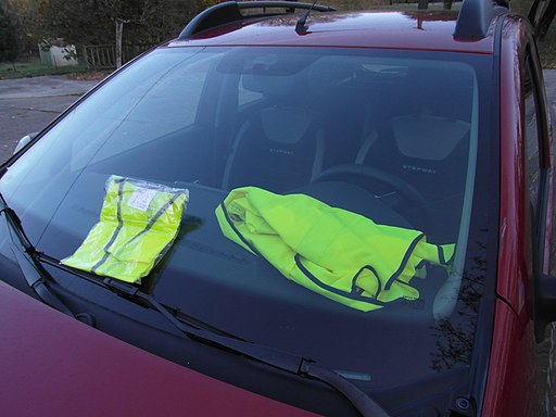 Gilets jaunes sur le pare-brise d'une voiture