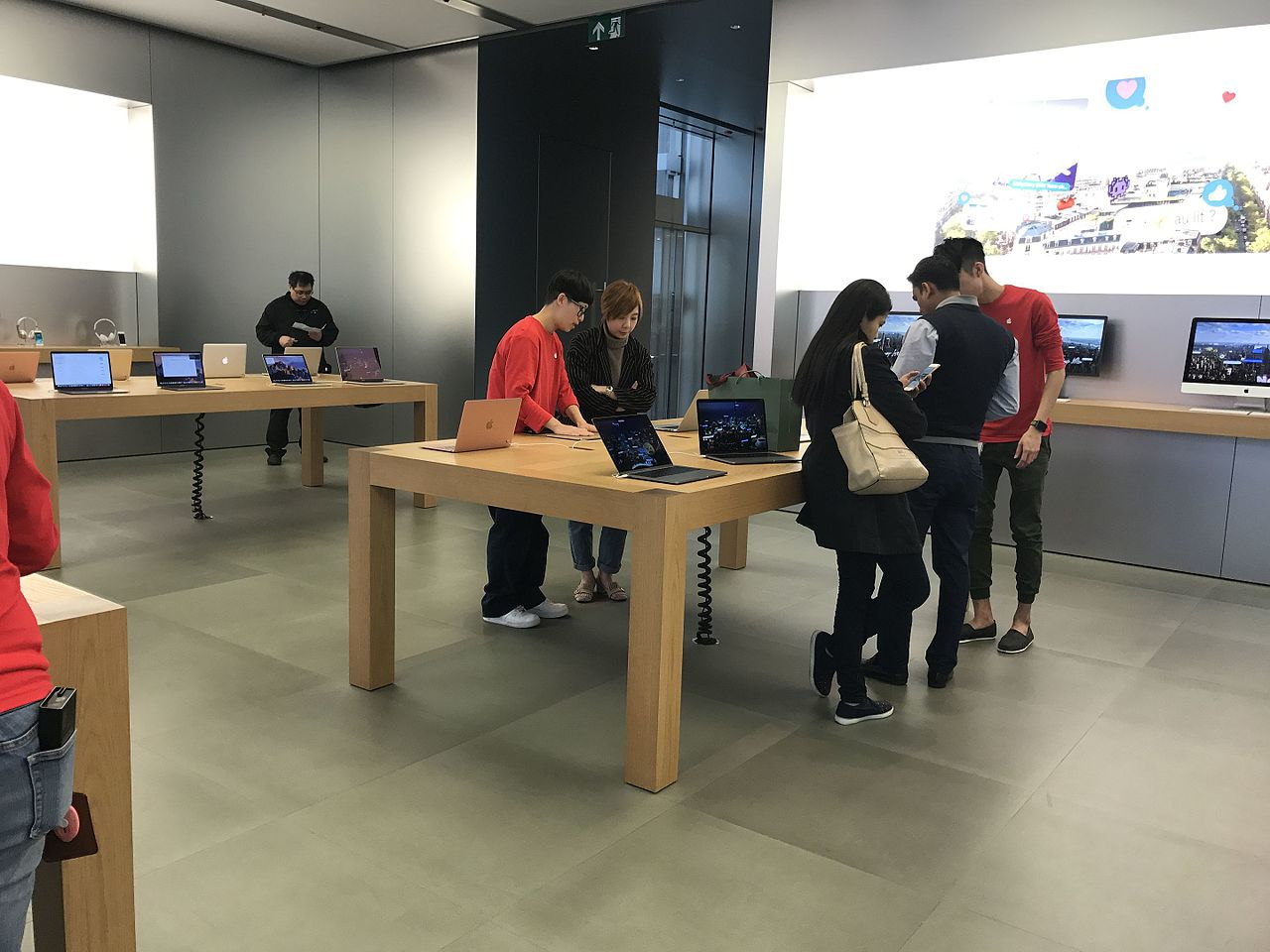 File:HK 香港 CWB Apple Store Shop Interior Jan 2017 Apple IPhone Testing  10