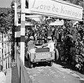 Het koninklijk paar in The Bottom in een jeep voor een rondrit over het eiland S, Bestanddeelnr 252-4095.jpg