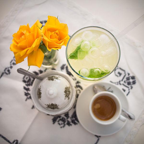 File:Holunderlimonade und espresso.jpg
