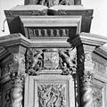 Interieur, gedeelte van de kuip en lezenaar van de preekstoel - Zuidhorn - 20225437 - RCE.jpg