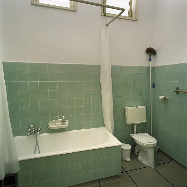 File interieur overzicht van de badkamer met toilet gelegen op de begane grond van de soester - Interieur badkamer ...