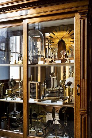 Large electrostatic generator (Teylers) - In the second cabinet in the same room are various portable electrostatic generators, each built according to a different design. On the bottom right in the back is the first model by Gerhard Kuyper that Van Marum had built in Groningen, with the mercury bath.