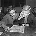 Jongens lezen het Vrije Volk, Bestanddeelnr 900-9426.jpg