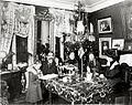 Julfirande, borgerlig hemmiljö runt sekelskiftet 1900. Familj dricker kaffe i salongen - Nordiska Museet - NMA.0036172.jpg