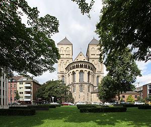 Köln-Altstadt-Nord Konrad-Adenauer-Ufer Blick auf St-Kunibert.jpg