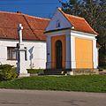 Kříž a kaple, Nenkovice, okres Hodonín.jpg