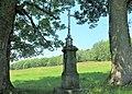 Kříž na pastvině pod tratí v Brtníkách (Q104873538).jpg