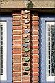 Keramieke steentjes op de gevel tussen twee ramen. Fotoserie van gevelstenen en andere ornamenten bi - NL-AmrRAA 1455 0030 0184 - RAA Elsinga.jpg