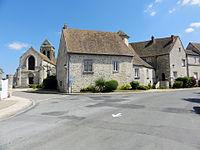 Le Bellay-en-Vexin - La ferme de l'Hôtel-Dieu et l'église Sainte-Marie-Madeleine.jpg