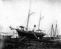 Le yacht Alexandria sur le plan de halage du chantier Davie Brothers pour reparation, vers 1900.jpg