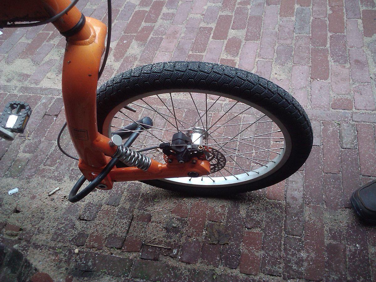 https://upload.wikimedia.org/wikipedia/commons/thumb/6/67/Leading_link_bicycle_fork_on_a_BuzBike.jpg/1200px-Leading_link_bicycle_fork_on_a_BuzBike.jpg
