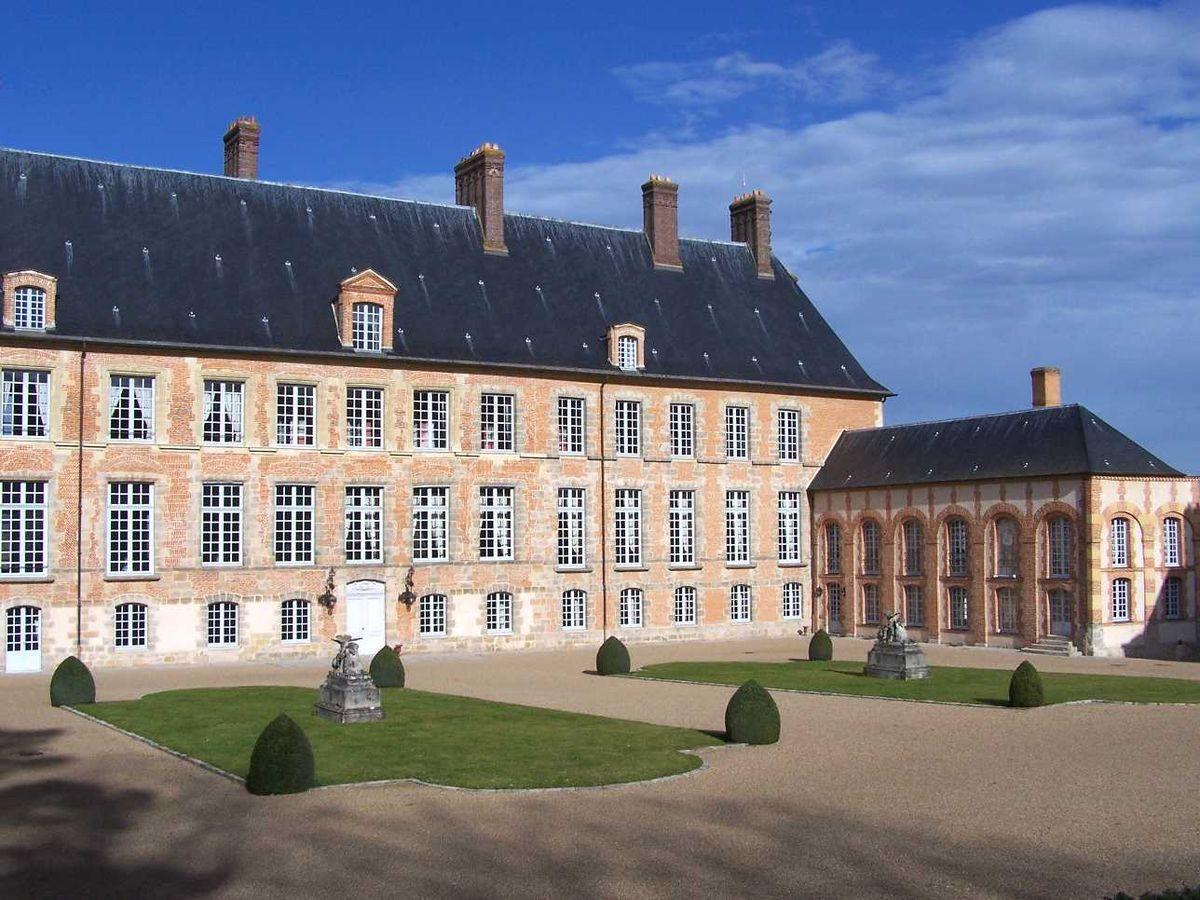 Château des Mesnuls devant étang