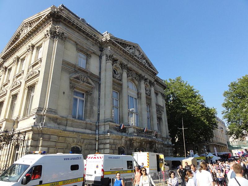 L'édition 2012 de la Braderie de Lille s'est déroulée du samedi 1er au dimanche 2 septembre. Les secours postés devant la Préfecture de Lille.