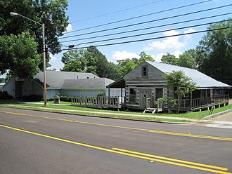 DeSoto County, Mississippi - DeSoto County Museum and 18th-century French colonial-style log house