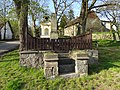 Lojovice, pomník a kaplička se zvonem (01).jpg