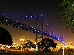 pemandangan vincent thomas bridge yang berujung di terminal island port of los angeles