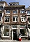 foto van Huis met lijstgevel, voorzien van segmentboogvensters in Naamse steen.