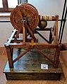 Macchina per il sollevamento di carichi pesanti che sfrutta la trasformazione del moto alternativo in moto rotatorio di Leonardo da Vinci in una mostra su Leonardo da Vinci al Mulino di Mora Bassa - Morabassa.jpg