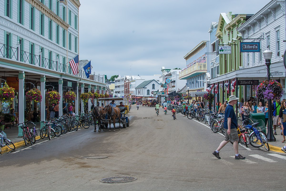 Mackinac Island's main town, looking west. Transportation on the island is by horse, bike, or foot. By N8huckins. Licensed under CC BY-SA 4.0 via Wikimedia Commons