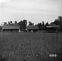 "Manjša domačija- lesena hiša, štala (hlev) s podom ter ""aufkar"" (kozolec), Pirnar Marija, Ledeča vas 1952.jpg"