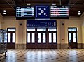 Mariánské Lázně, hala nádraží, odjezdy autobusů a trolejbusů (01).jpg
