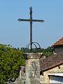 Mauzens-et-Miremont Mauzens croix devant église.JPG
