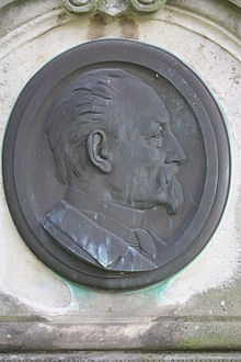 Medallion head on the grave of Julius Scholtz, Trinitatisfriedhof, Dresden.jpg
