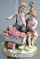 Meissen, 1750-1760 circa, statuina di fanciulli che tengono un capretto in culla.JPG