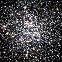 Messier 10 visto pelo Telescópio Espacial Hubble.