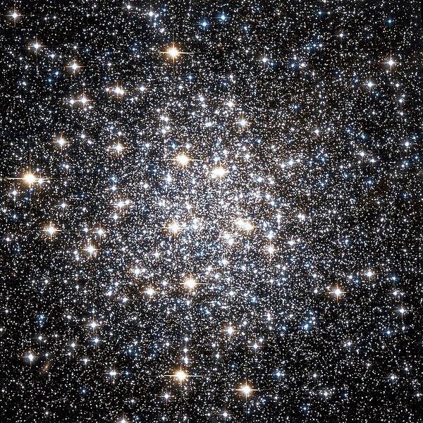 Ficheiro:Messier 10 Hubble WikiSky.jpg